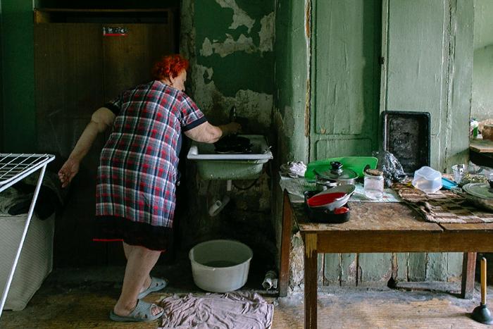 Это самая большая коммуналка в Петербурге. Семь лет назад ее признали аварийной, но люди там по-прежнему живут — среди крыс и грязи. 16 кадров