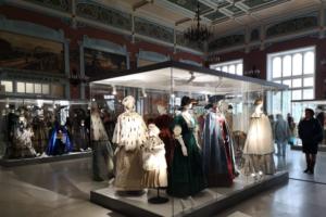 На Витебском вокзале открылась выставка нарядов эпохи Александра III и Николая II