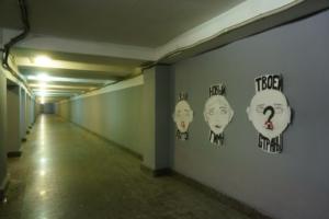 У петербургского метро наклеили портреты заключенных с надписью «Звуки пыток — новый гимн твоей страны». Это акция в честь Дня работников тюрем