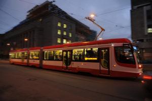 В Петербурге на трамвайной остановке на женщину напал неизвестный с шилом. Она спаслась, сев в трамвай