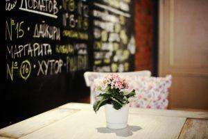 «Романтичное петербургское пьянство переместилось на Некрасова». Совладелец «Цветочков» — о переезде с Рубинштейна, конфликтах с жильцами и о том, как за 6 лет изменилась барная культура города