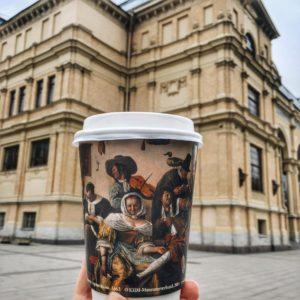 На стаканчиках в петербургских Coffeeshop Company появилась копия картины голландского художника Яна Стена. Это акция к совместной выставке Эрмитажа и музея Вены
