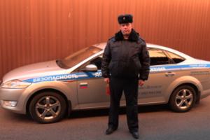 В Петербурге полицейский вытащил водителя из горящей машины. Год назад он помешал человеку покончить с собой