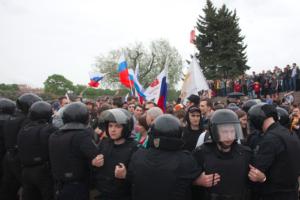 «Фонтанка» взяла интервью у полицейского, который руководит задержаниями на протестных акциях. Он рассказал, что уважает оппозицию и не любит задерживать пожилых активистов
