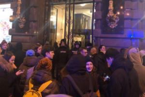 Дом Зингера эвакуировали из-за пользователя, недовольного блокировкой страницы во «ВКонтакте», пишет «Фонтанка»