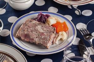 В Петербурге открылся гастробар Klein's с мясными деликатесами. Там подают бычье легкое и почки ягненка
