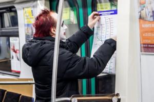 Петербуржец расклеил в метро «схему полицейского метрополитена». Вместо станций на ней указаны отделы полиции