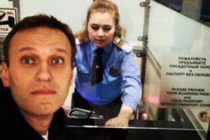 Навального отпустили за границу. Он пообещал подать в суд на приставов, запрещавших ему покинуть страну