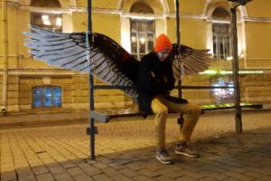На остановке в Петербурге повторили работу Паши 183. На ней нарисовали крылья ангела