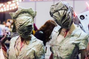 Битлджус, медсестры из «Сайлент Хилла» и логотип компании «Вид»: фото жутких косплей-образов фестиваля «Старкон: Хэллоуин»