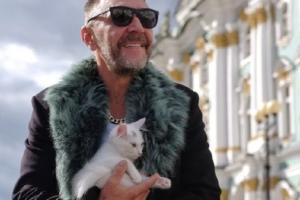 В Петербурге открылась выставка портретов знаменитостей с котами. В фотопроекте участвуют Шнуров и Невзоров