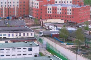 СИЗО «Горелово» называют самым проблемным в Петербурге и Ленобласти. Заключенные регулярно жалуются на избиения, а в камерах могут жить до 150 человек. Что об этом известно