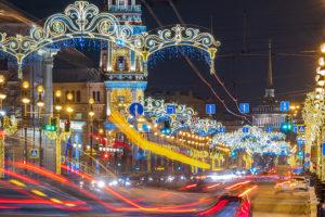Посмотрите, как Петербург украсили к Новому году. 15 фото Невского в огнях, светящихся мостов и гирлянд на деревьях ✨