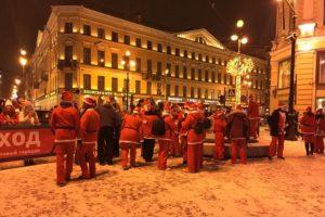 В Петербурге прошел забег Дедов Морозов. Сотни людей в костюмах пробежали по центру города
