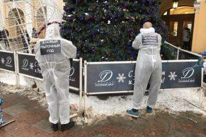Новогодние ели в центре Петербурга украсили слепками тел людей, переживших пытки