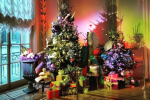 В Эрмитаже украсили новогодние елки. На них повесили игрушки, которые прислали со всей России