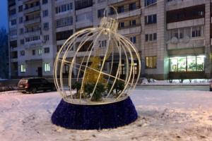 В Тихвине установили новогоднюю скульптуру оленя в шаре. Ее повредили в первый же день, пытаясь украсть мишуру