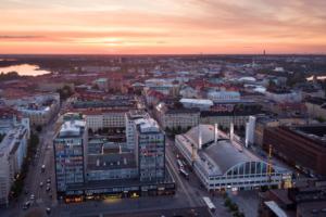 Как в Финляндии тестируют инновации в экспериментальном районе, запускают тревожные кнопки в детских садах и беспилотные автобусы на улицах? Рассказывает эксперт в области умных городов Ярмо Эскелинен
