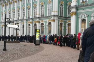 Петербуржцы выстроились в очередь у Эрмитажа. Сегодня в музее бесплатный вход