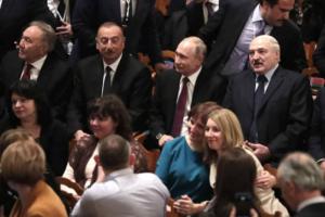 На балет «Щелкунчик» в Мариинском театре пришли Путин и Лукашенко. Зрители жалуются, что начало показа задержали на час