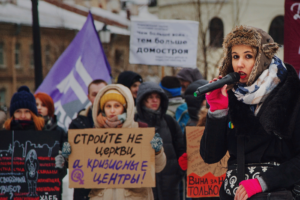 «Декриминализируйте репост, а не побои»: в центре Петербурга прошел митинг против насилия над женщинами