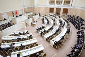Петербургские депутаты предложили финансировать НКО, которые борются с «группами смерти» и пропагандой АУЕ. Законопроект приняли в первом чтении