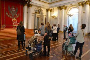 В Эрмитаже впервые прошла экскурсия для мам с колясками