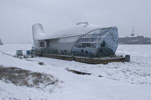 На Неве стоит огромный металлический кит. Там должны были открыть ресторан, но больше 10 лет для него не могли найти место ни в Москве, ни в Петербурге
