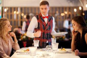 Петербургские бары и рестораны выделяются своим сервисом, интерьерами и меню. За счет чего это происходит и как на заведения города влияют вкусы местных жителей?