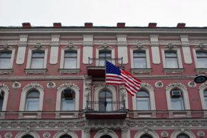 Многократная виза в США для россиян подорожает в два раза. Она будет стоить больше 300 долларов