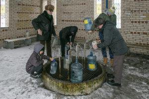 Вы знали, что на севере Петербурга есть артезианская скважина? Местные жители верят в пользу воды из источника и ходят к нему годами