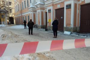 В Петербурге эвакуировали десятки школ, больниц и торговых центров из-за сообщений о минировании. Что об этом известно