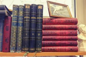 Десять комиссионных магазинов Петербурга, где можно купить книги до 100 рублей и советские фотоаппараты