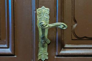 Искусствовед ведет инстаграм об исчезающей красоте петербургских дверей. Посмотрите, как их реставрируют и уничтожают