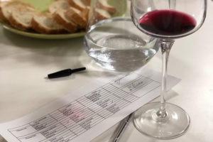 Устроить домашнюю винную дегустацию вместо обычной вечеринки, чтобы узнать новое о вине и хорошо провести время 🍷