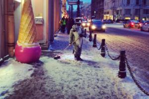Елка с сосульками, снежный кот-единорог и заледеневшие ограды: как выглядит Петербург после нескольких дней снегопада