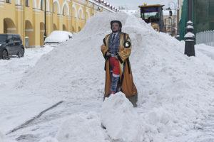 «Бумага» измеряет кучи снега в Петербурге картонным Филиппом Киркоровым. 10 фотографий