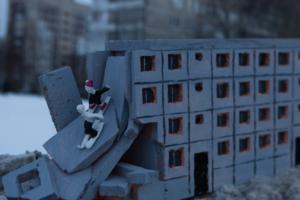Hioshi установил во Фрунзенском районе арт-объект в виде полуразрушенного панельного дома. Он посвящен равнодушию политиков