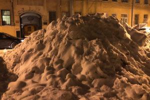 Почему в Петербурге неделями не убирают снег и правда ли, что в Москве дороги чистят лучше?