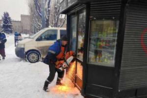 В Петербурге стали сносить киоски с газетами. А потом прекратили — для проверки законности работ
