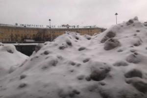 Петербург этой зимой утопает в сугробах. Посмотрите, как выглядит город с заснеженными тротуарами и сосульками на домах