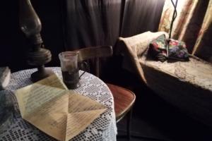 В Приморском районе открыли инсталляцию квартиры блокадного Ленинграда. Там воссоздан интерьер комнаты учительницы и военного
