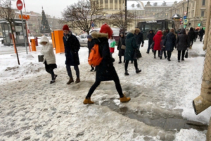 Улицы Петербурга покрылись снегом и льдом — и это злит горожан. Вот как выглядят центр и окраины: с грязью, наледью и сугробами