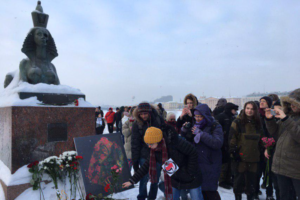 В Петербурге прошла акция памяти Маркелова и Бабуровой. Участники возложили цветы к памятнику жертвам репрессий