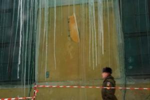 По всему Петербургу с крыш свисают огромные сосульки. Вот 13 фотографий с самыми пугающими —на Московском вокзале, Кирочной улице и у «Ионотеки»