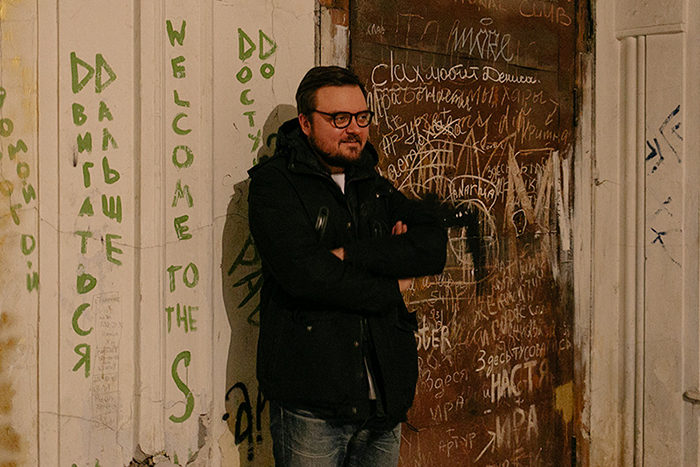 Максим Косьмин помог найти двери дома Бака, площадку для клипа Монеточки и пишет книгу о дореволюционных домах. Как он ведет блог о петербургских квартирах с 90 000 подписчиков