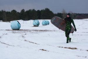 «Более вероятно замерзнуть на остановке». Петербургские серферы — о том, как катаются зимой в Финском заливе и Ладожском озере, несмотря на снег и лед