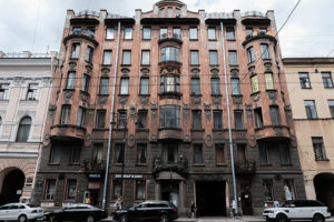 Старейший жилой дом, самое уродливое здание Невского и крематорий в здании приюта. Знаете ли вы историю известных петербургских домов?