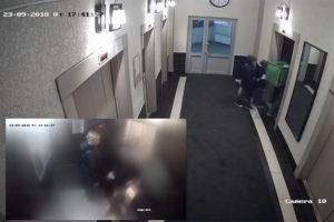 Петербургский курьер рассказал, что на него напала пара в лифте жилого дома после того, как он не пропустил вперед детей. Что об этом известно