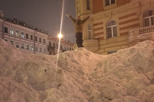 Из-за бесконечного снега петербуржцы делают странные вещи: катаются на ватрушках по Невскому и взбираются на сугробы. Видео